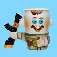 kruzhka-farforovaya-soldat