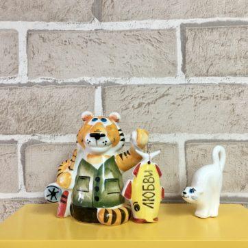 statuehtka-farforovaya-tigr-rybak-s-rybkoj-lyubvi