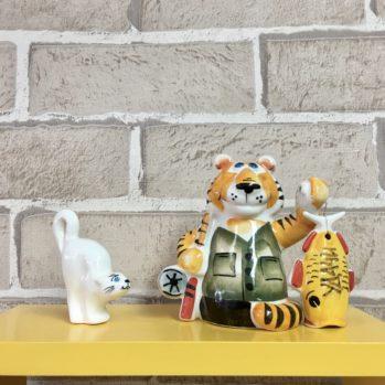 statuehtka-farforovaya-tigr-rybak-s-rybkoj-udachi